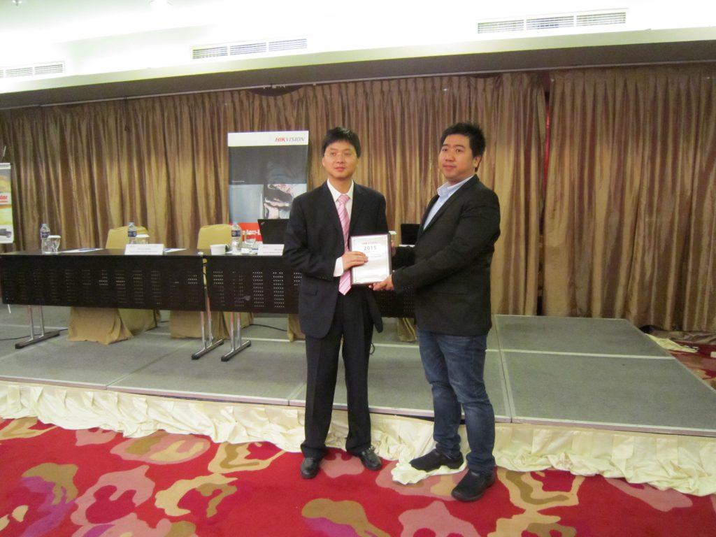 Mr Steven Wang secara simbolis menyerahkan plakat sebagai tanda kerja sama Hikvision & PT. Prima Inovasi Teknologi