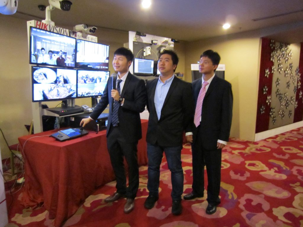 Mr Michael Chen menerangkan kelebihan dari produk-produk Smart IP Camera Hikvision